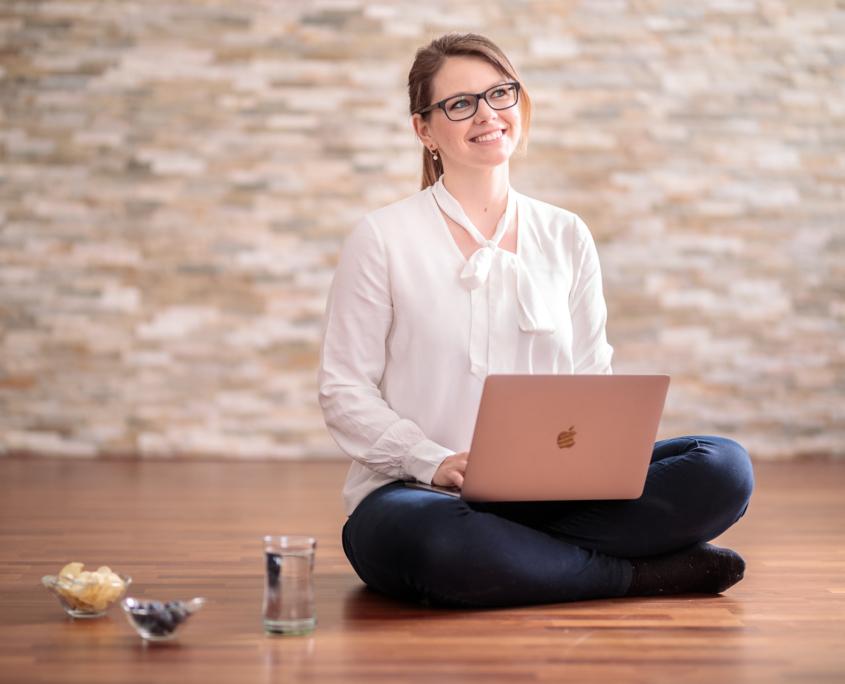 Cornelia Fiechtl am Laptop