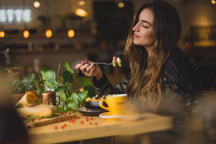 Frau die genussvoll isst