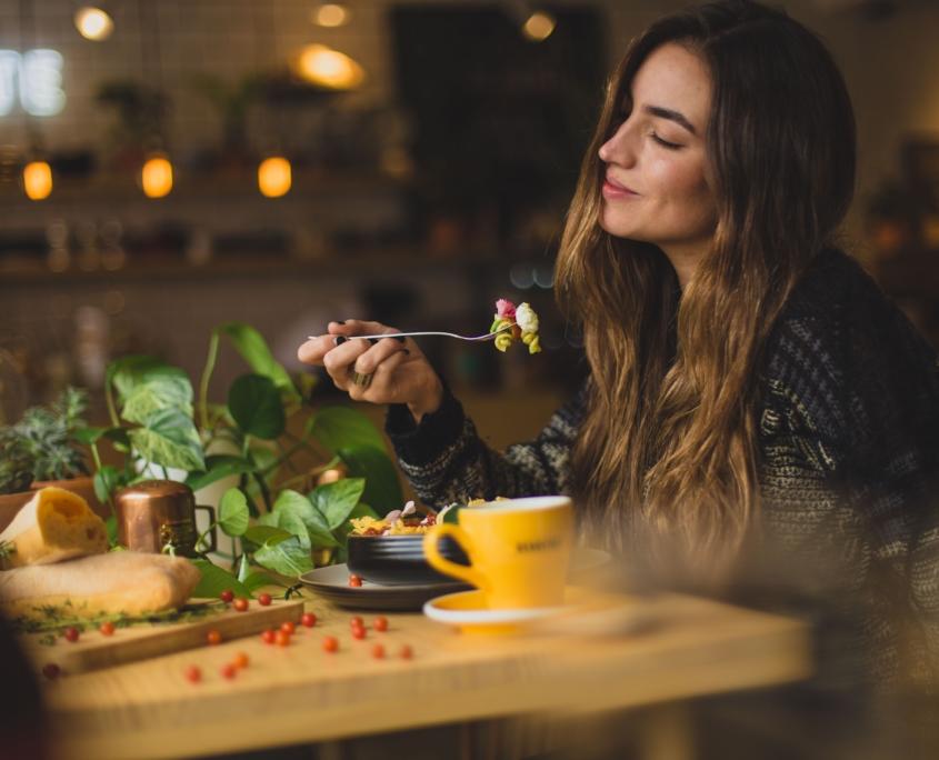 Frau isst genüsslich