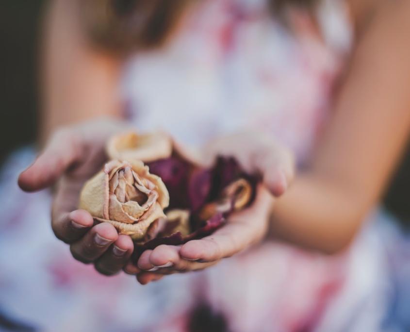 Hand mit Blüten