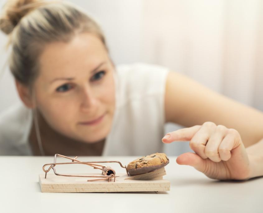 Frau mit Falle und Muffin