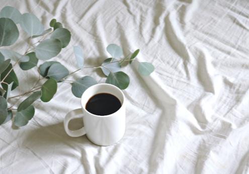 Kaffee auf Leintuch mit Blättern