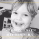 Kind lächelt ins Bild mit Schokomund